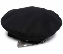 Mütze mit Sicherheitsnadel