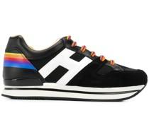 Sneakers mit Regenbogen-Details