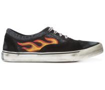 Sneakers mit Flammenmotiv