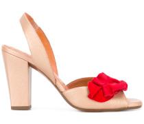 Sandalen mit roter Rüschenapplikation
