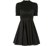 Ausgestelltes Kleid mit Falten