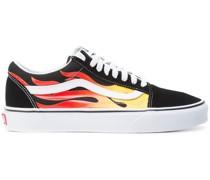 Sneakers mit Feuermotiv