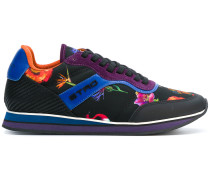 Sneakers mit floralen Motiven