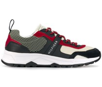Sneakers mit strukturierten Einsätzen