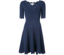 Ausgestelltes Kleid mit gewellten Kanten