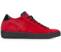 "Sneakers mit ""SKT""-Detail"