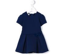 Kleid mit Faltenrock und Schleife