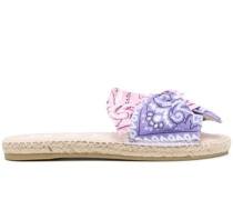 Sandalen mit Bandana-Print