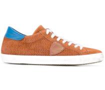 Sneakers mit seitlichem Patch