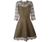 Ausgestelltes Kleid mit Spitzenbesatz