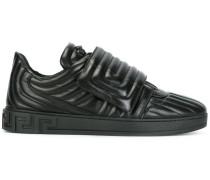 Gesteppte Sneakers mit Greca-Motiv