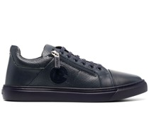 Sneakers mit perforiertem Detail