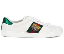 Sneakers mit Tigerstickerei