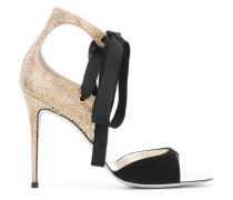 Verzierte Sandalen mit Schleife