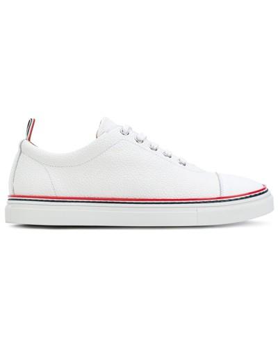 Sneakers mit rot-blauen Zierstreifen