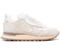 Sneakers mit perforierten Details
