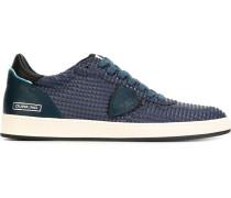 Sneakers mit Textur und Schnürung