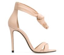 Sandalen mit Knoten