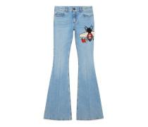 Ausgestellte Jeanshose mit Stickerei