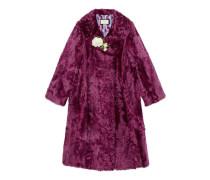 Mantel aus Fell mit Brosche