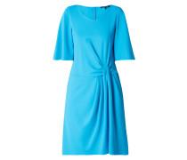 Kleid mit Drapierung im Taillenbereich
