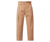 Hose mit gelegten Falten und Gürtel