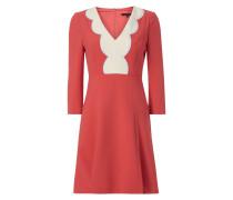 Kleid mit Kontrastbesatz am V-Ausschnitt