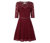 Kleid aus floraler Spitze mit Taillengürtel