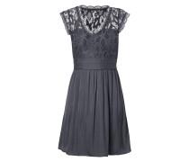 Kleid mit Spitze und Raffungen