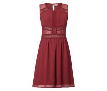 Kleid mit Zierborten aus Häkelspitze