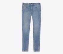 original eng geschnittene crop-jeans mit mittlerer taillenhöhe aus hellblauem stretchdenim in schmutziger optik