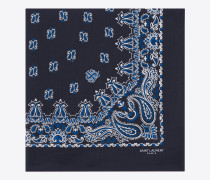 quadratischer bandanaschal aus baumwolle mit blau-weißem paisleymuster