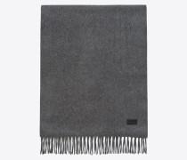 strickschal aus grauem kaschmir mit fransenabschluss