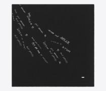 großer, rechteckiger schal aus schwarzem und silberfarbenem wolletamin mit schriftzügen
