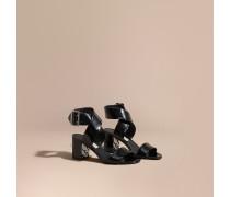 Sandalen aus Lackleder mit Schnalle und Karodetail