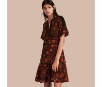 Ausgestelltes Seidenkleid mit floralem Muster