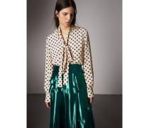 Eine Bluse mit Punktmuster und Schleifendetail