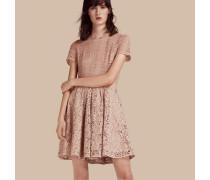 Ein Kleid Aus Blumenspitze Und Spitze Im Meshdesign