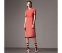Kleid aus Crêpe Marocain-Seide mit Chantilly-Spitzendetails