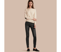 Eng geschnittene, wachsbeschichtete Jeans mit niedriger Leibhöhe