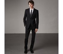 Modern geschnittener Anzug aus Wolle