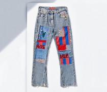 Ausgestellte Jeans mit Aufnähern