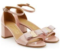 Sandalen aus Lackleder mit Schleife