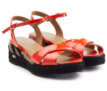 Plateau-Sandalen aus Lackleder mit Bast