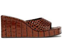 Mules aus Leder mit Krokodileffekt und Plateau