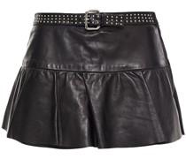 Shorts aus Leder mit Nieten und Gürtel