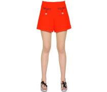 SHORTS AUS STRETCH-STOFF MIT STICKEREI