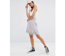 Shorts mit hohem Bund und Spitzensaum Grau