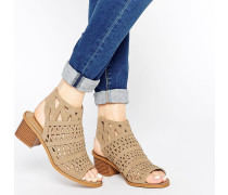 Honor Lasergeschnittene Stiefel-Sandalen mit Riemen und Absatz Beige