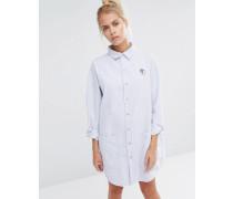 Oversize-Hemdkleid mit Nadelstreifen und Erdbeer-Aufnäher Blau